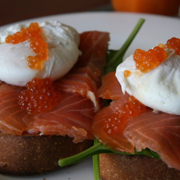 1280px-Poached_eggs_and_smoked_salmon